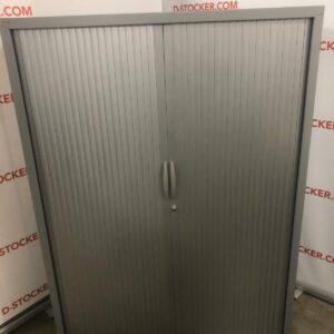 Armoire de bureau de grande capacité équipée de 3 étagères métalliques réglables en hauteur par système de crémaillère.