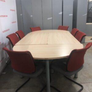 Table de réunion ou de conférence à la fois fonctionnelle, qualitative et esthétique. Capacité : 10 places