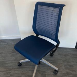 Conçu pour accompagner le mouvement, cette chaise de bureau sans accoudoirest l'un des produits phare de Steelcase.